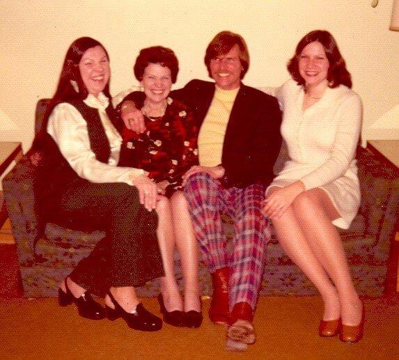 4 mensen op een bank in 70's stijl